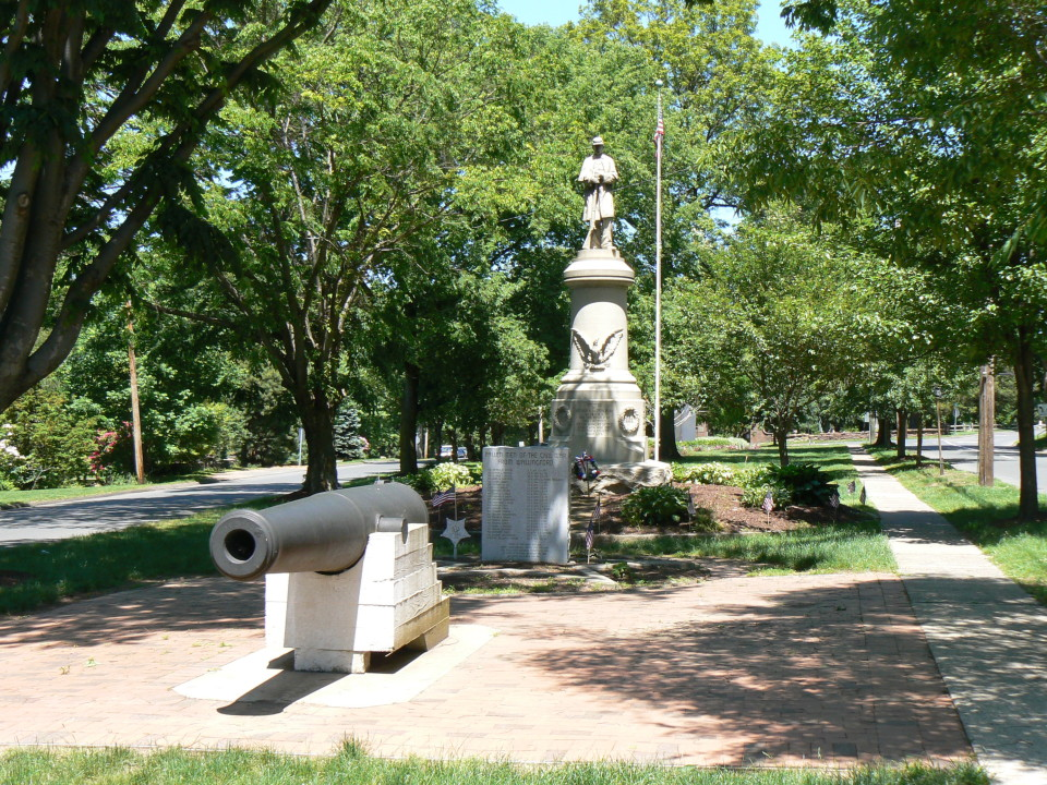 The monument in 2009. The cannonballs were probably donated to a World War II scrap drive.